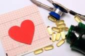 Herzform Elektrokardiogramm Graph und Stethoskop mit Tabletten — Stockfoto