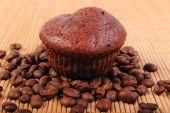 Fresh baked chocolate muffins and coffee grains — Stock fotografie
