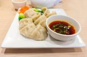 Traditional Chinese Dumpling With Dipping Sauce — Stock Photo