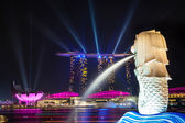 Colorful Laser Lights Up Singapore's Marina Bay Harbor at Night — Stock Photo