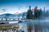 Canadian Landscape: Misty Sunrise at Pyramid Lake in Jasper, Alb — Stock Photo