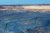 Formações rochosas em enormes jazidas de minério, juntamente com a técnica de — Fotografia Stock