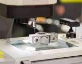 Operator inspection dimension aluminium automotive part  by CMM — Stock Photo
