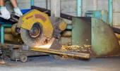 Worker cutting steel by cutting wheel — Stock fotografie