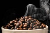 Coffee mug full of coffee beans with smoke — 图库照片