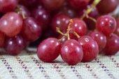 Uvas em uma mesa de madeira — Foto Stock