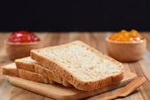 スライス パンと木製のテーブルのジャム — ストック写真