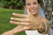 Smiling bride shows a ring — Stock Photo