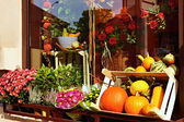 Shop window with flowers and pumpkins — ストック写真