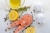 Raw salmon with lemon, pepper and thyme. — Stock fotografie