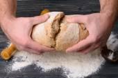 Brood in mannelijke handen — Stockfoto