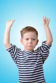 Liten pojke kränkt på blå bakgrund — Stockfoto