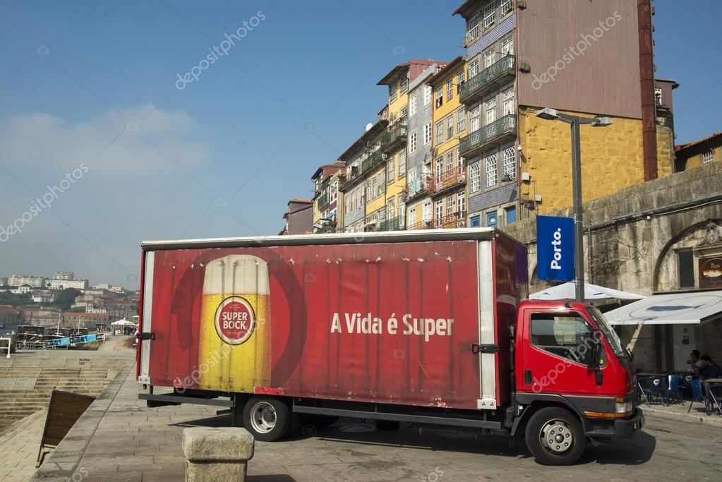 camion rouge transport de bi re photo ditoriale 86986690. Black Bedroom Furniture Sets. Home Design Ideas