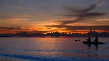 Barco a vela ao pôr do sol, Tailândia — Vídeo stock