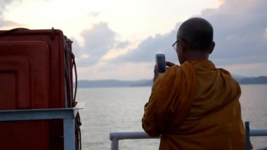 THAILAND, KOH SAMUI, DECEMBER 2014 - Buddhist Monk Using Phone and Shooting the Sea. — Stock Video