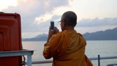 THAILAND, KOH SAMUI, DECEMBER 2014 - Sailing Man Taking a Picture of the Sea with Phone. — Stock Video
