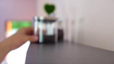Mettere i vasetti con tè su una mensola — Video Stock