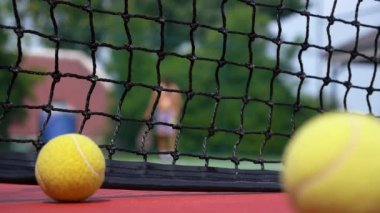 Tenisový kurt s tenisáky a hráč — Stock video