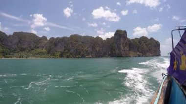 Sailing on Boat in Sea along Cliffs of Thailand. Slow Motion. — Stock Video