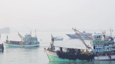 THAILAND - February 2015 :  Fishing Boats are Fishing, Fishermans Village — Stock Video
