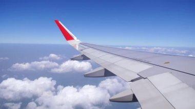 Bulutların üzerinde uçan bir uçağın kanat. — Stok video