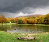 Cloudy sky over the lake — Stockfoto