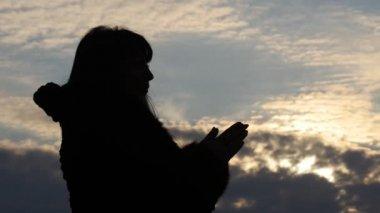 Silhouette Frau machen beten Zeitlupe — Stockvideo