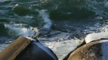 Sea Waves crushing on the rocks and foaming — Stock Video