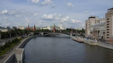 Moscow. River ships and clouds. View of the Kremlin — Stock Video