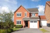 Nieuwe rode bakstenen huis met tuin — Stockfoto