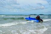 Blå scooter och havet — Stockfoto