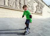 小さな幼児男の子学習ローラー スケート — ストック写真