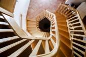 Güzel ahşap döner merdiven — Stok fotoğraf
