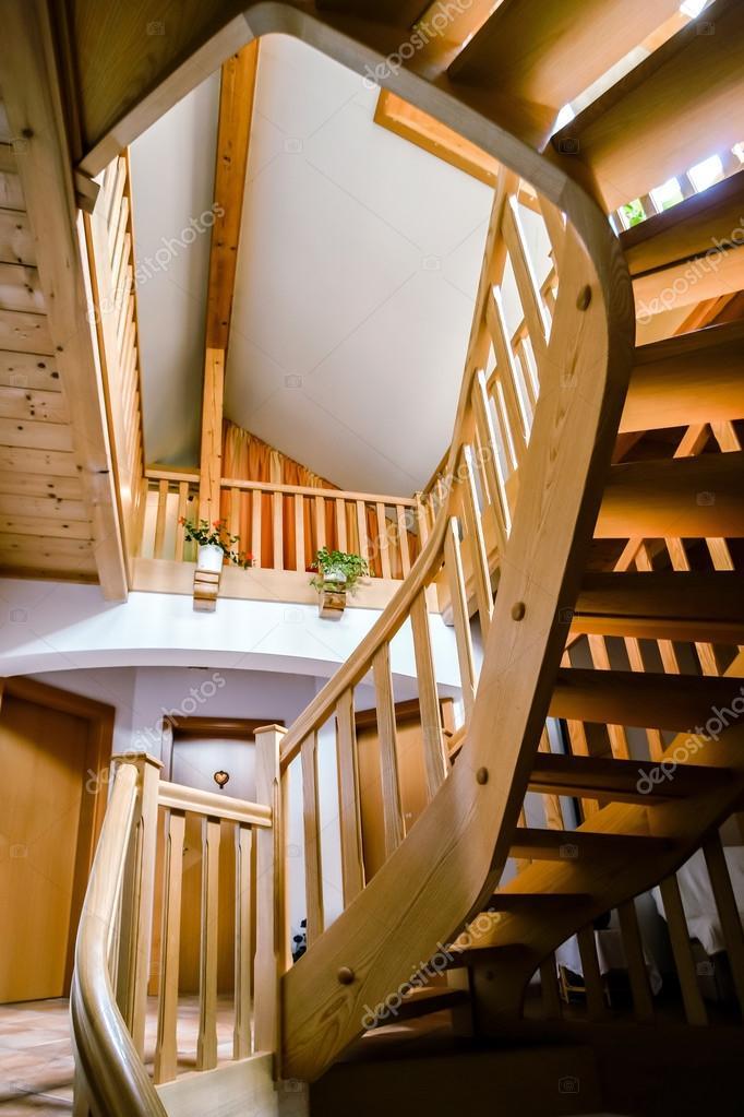 escalera de caracol de madera preciosa u foto de stock