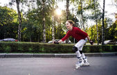 Teenage girl rollerskating — Stock Photo