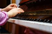 Little girl studing to play the piano — Foto de Stock