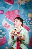 Funny boy eating sweet cakes, hungry and candy man — Stock Photo