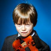 Red-haired preschooler boy with violin, music concept — Stock Photo
