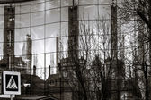 Oude stad weerspiegelen in de spiegel muur van nieuw gebouw — Stockfoto