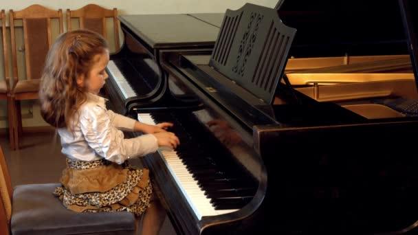 Cute little girl plaing grand piano, 4k, Dance of the Aborigines by Yoshinao Nakada — Vidéo