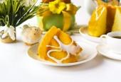 Easter breakfast table with easter cake — Stock fotografie