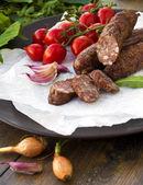 Gerookte worst met Groenen, cherry tomaten en knoflook — Stockfoto