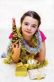 Dívka s vánoční stromek a dárky — Stock fotografie