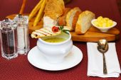 Cup of creamy soup and lightly toasted croutons — Foto de Stock