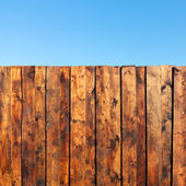 Creative fence of the old wooden planks, blue sky, the perfect b — Stock Photo