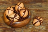 Easter egg with brown bow on a background of straw. Selective Fo — Stock Photo