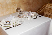 Elegant table setting with cutlery under natural light, as a blank for a point of stage design. — Stock Photo