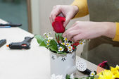 Florist making a composition of different cut flowers — Stock Photo