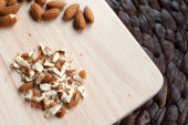 Sliced almonds on a cutting board — Stock fotografie