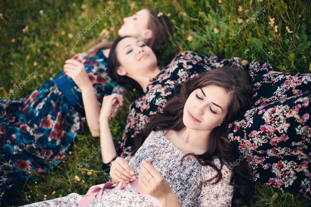 Фото красивых девушек лежа в платье